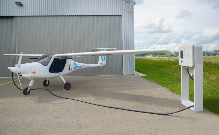 FLIGHT XT beim Laden eines Elektroflugzeugs